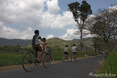 Kebiasaan Bersepeda Seusai Subuh di Bulan Ramadan