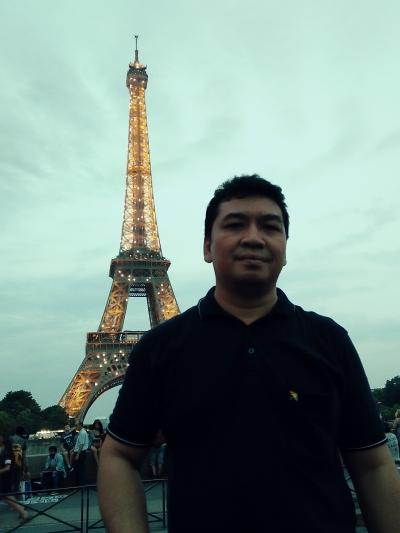 Paris, Antara Gemerlap Lampu Menara Eiffel dan Muramnya Pengungsi Syria