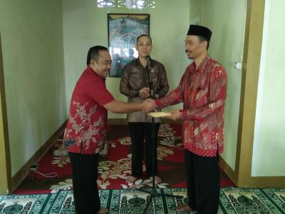 Kasi PHU Serahkan Sumbangan CJH Untuk Mushallah Kantor Kemenag Bantaeng