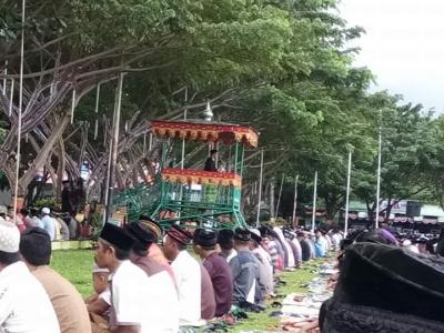Kasubag TU Khatib Di Lapangan Pantai Seruni, Kakan Kemenag Di Masjid Agung Bantaeng