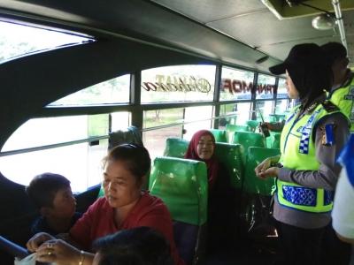 Polser Kuningan Beri Himbauan Para Pemudik Di Terminal Kertawangunan