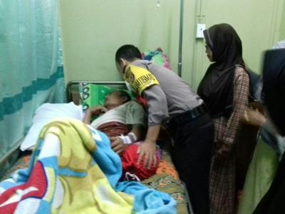 Bhabinkamtibmas Polsek Kramatmulya Jenguk Warga Desa Di Rumah Sakit
