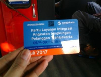 Warga Jakarta Yuk Naik Angkot KWK Berstiker, Bayarnya Cuma Pakai Kartu!