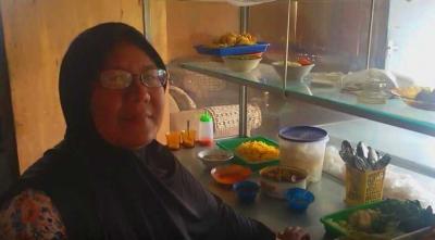 Jualan Lontong, Nenek Ini Sukses Sarjanakan Keempat Anaknya