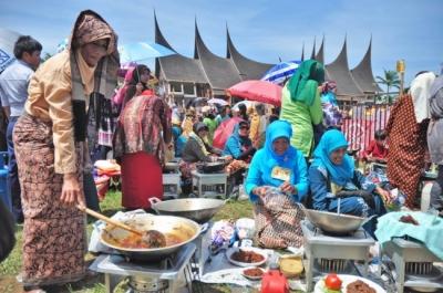 Serunya Festival Lomba Memasak Rendang di Ranah Minang