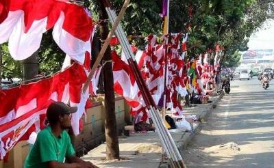 Deret Bendera di Pinggir Jalan sebagai Pengingat Rasa Indonesia