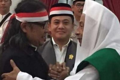Pastor Memeluk Habib dan Umpatan Bau Tanah