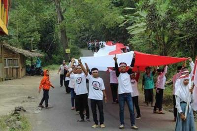 Warga Cilegi Mandalahayu Salopa Tasik Bentangkan Bendera Panjang