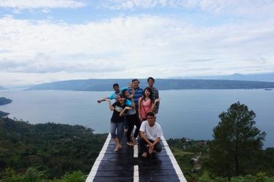 Pesona Lain Danau Toba dari Bukit Simarjarunjung