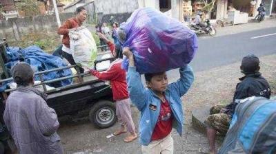 Masyarakat Bali Gotong-royong Bantu Pengungsi Gunung Agung