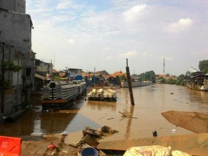 Tak ada Hujan, Kampung Pulo Tergenang