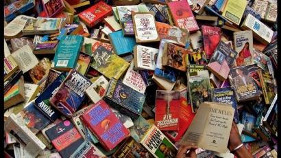 Tertimbun Buku-buku