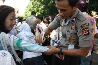 Polisi Pernah SMA dan (Mungkin) Corat-coret Seragam Juga, Kok!