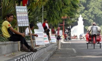 Butuh Uang Baru Tanpa Antri, Gunakan Jasa Penukar Uang Baru di Jalanan