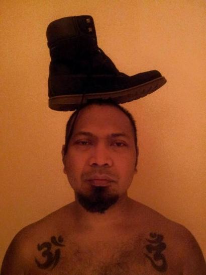 """Sepatu di Atas Kepala"" Instalasi Seni Rupa Gus Toke di Ruang Pemikiran"