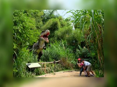 Bertemu Dinosaurus di Taman Legenda