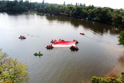 Bendera Merah Putih 200 Meter Persegi di Danau Situbaru