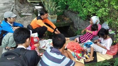 Bu Atika dan Dua Anaknya 'Penghuni' Trotoar di Medan