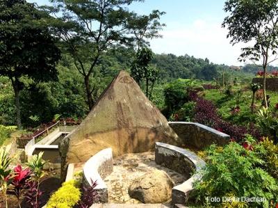 Mencari Batu dan Gua Langkop di Kaki Gunung Salak