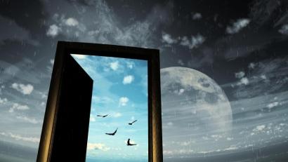 Bulan di Muka Pintu