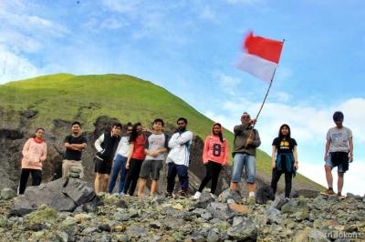 Mengibarkan Merah Putih di Kaldera Gunung Lokon