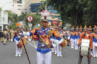"""""""Marching Band"""" Poltekbang Surabaya Meriahkan Acara Parade Juang"""