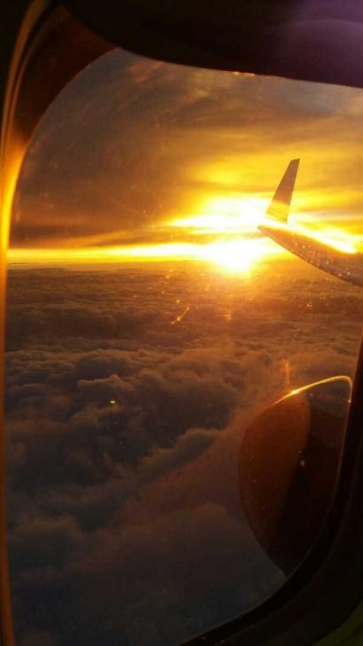 """Menakjubkan! Panorama""""Sunset"""" dari Atas Awan ini"""