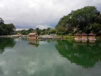 Sensasi Makan di Atas Perahu di Danau Lido