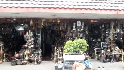 Turunnya Pamor Pasar Barang Antik Jalan Surabaya