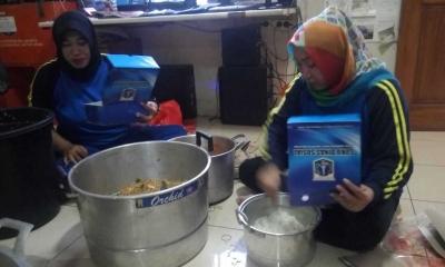 1.800 Boks Makanan Didistribusikan kepada Para Pengungsi Banjir di Jakarta Selatan