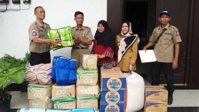 Petugas Distribusikan Bantuan Korban Kebakaran Kelurahan Wijaya Kesuma