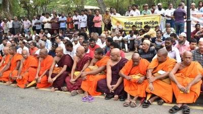 Ratusan Biksu Berkumpul Menolak Kerusuhan Anti-Muslim