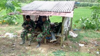 TNI Bersantai di Gubuk
