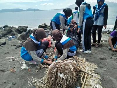 Bersih Pantai dan Tanam Tunas Kelapa