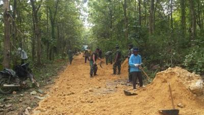 TNI dan warga Dukuh Selowire Bersatu Perkeras Jalan dengan Batu Padas