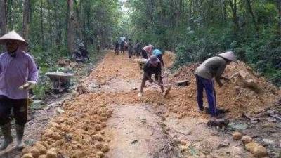 Tim Satgas TMMD Bersama Warga Godo Perkeras Jalan Desa