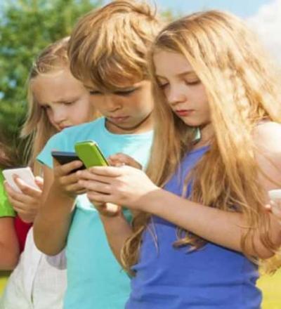 """Bahaya Ketergantungan """"Smartphone"""" pada Anak"""