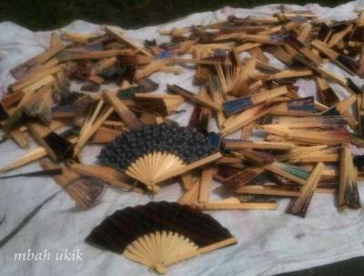 Melihat Pembuatan Kerajinan Kipas Bambu, di Bantul