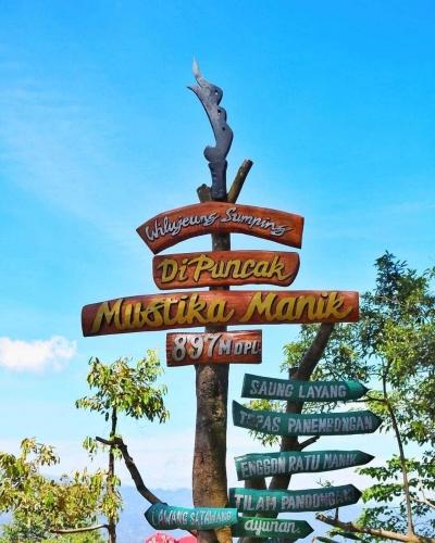 Menikmati Pemandangan di Puncak Mustika Manik Jurang Gunung Salak Bogor
