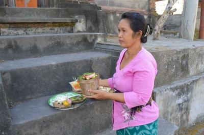 Mengenal Margi, Sang Pembuat Canang Sari