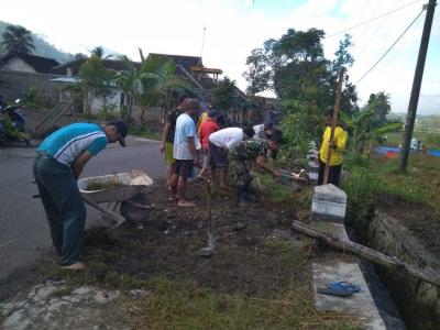 Babinsa bersama Warga Gotong Royong Bersihkan Sampah di Sepanjang Jalan