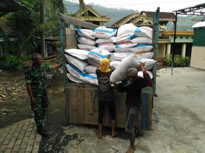 Babinsa Koramil 0806/01 Kota, Pantau Pendistribusian Pupuk Bersubsidi
