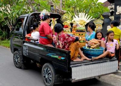 Pawai Gegoban Menggunakan Pick-Up