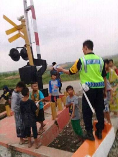 Jangan Bermain di Rel Kereta Api, Apalagi Ngabuburit
