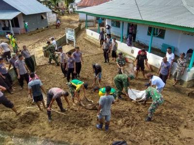 Koramil 1504-05/Lehitu Bantu Warga Membersihkan Lingkungan akibat Banjir