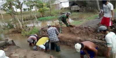 Babinsa Pelopori Pembuatan Jembatan Penghubung Dusun di Desa Bendoroto