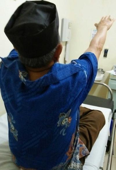 Bersyukur Sajalah, Dok, Masih Sehat Menjaga Istri yang Sakit