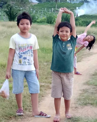 """Ngabuburit """"Ramah"""" Anak di Bukit Kebun Buah Naga"""
