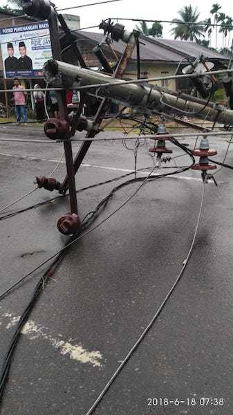 Tiga Tiang Listrik Tumbang, Dua Mahasiswi Terluka di Ule Gle, Pijay