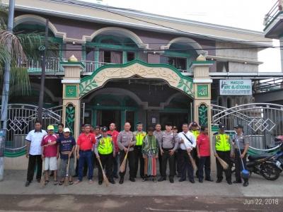 Sambut HUT ke-72 Bhayangkara, Polsek Cengkareng Adakan Kegiatan Kerja Bakti di Masjid Al-Istiqomah